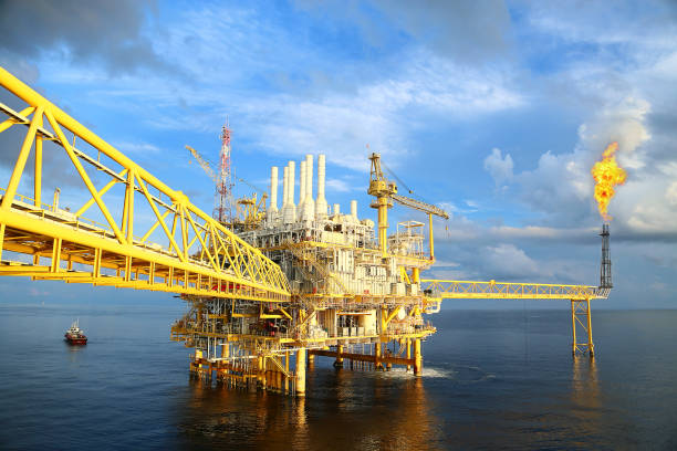 Plataforma de construção offshore para produção de petróleo e gás. Indústria de petróleo e gás e indústria de trabalho duro. Plataforma de produção e operação de processam por função manual e automática de sala de controle. - foto de acervo