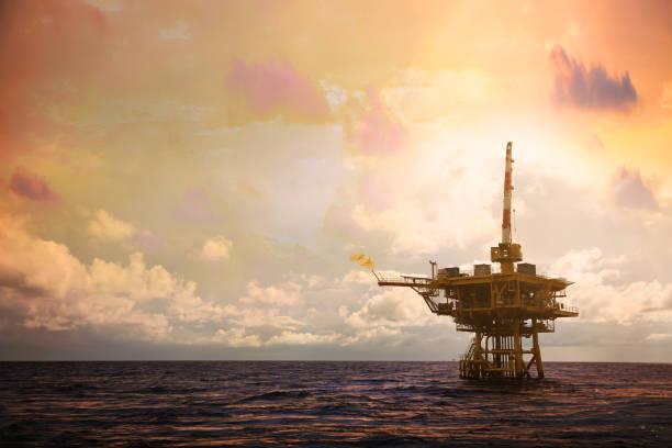 Plataforma de construção offshore para produção de petróleo e gás. Indústria de petróleo e gás e trabalho duro. Plataforma de produção e operação de processam por função manual e automática de sala de controle. - foto de acervo