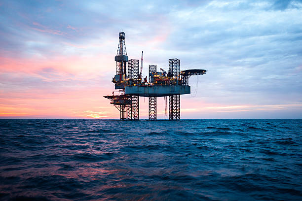 offshore jack up rig in the middle of the sea - benzina foto e immagini stock