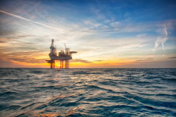 Plataforma de petróleo offshore por do sol - foto de acervo