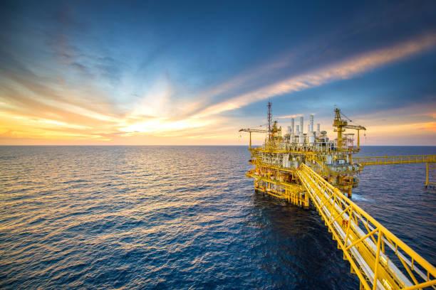 offshore-öl-rig - petrochemische fabrik stock-fotos und bilder