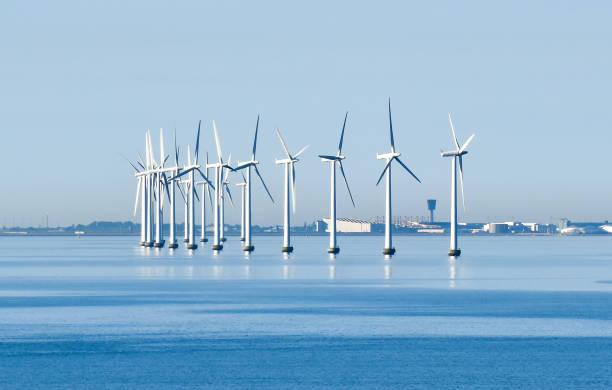 havsbaserade vindkraftverk på den kusten i köpenhamn i danmark med flygplatsen i bakgrunden - öresund bildbanksfoton och bilder