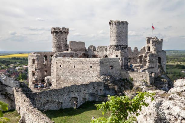 OGRODZIENIEC, PODZAMCZE, 5 MAY, 2018; Ogrodzieniec Castle in the village Podzamcze. Ruins of the castle on the upland, Jura Krakowsko-Czestochowska. The Trail of the Eagle's Nests. – zdjęcie