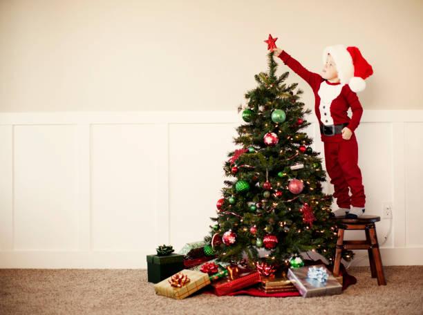 oh christmas tree - kinder weihnachtsfilme stock-fotos und bilder