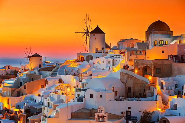 oia au coucher du soleil - grece photos et images de collection