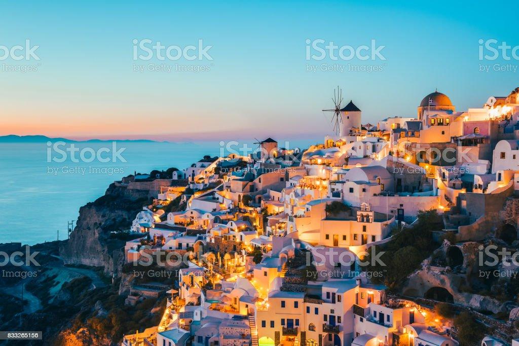 Santorini en Oia Grecia al atardecer - foto de stock