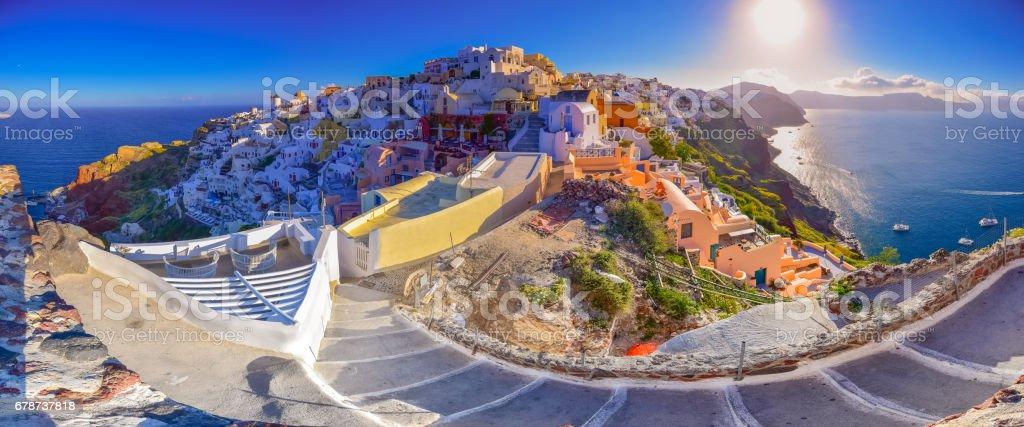 Ville de Oia sur l'île de Santorini, Grèce. Traditionnelles et célèbres maisons et églises à coupoles bleues sur la caldeira, mer Égée photo libre de droits