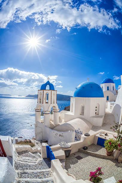 village d'oia sur l'île de santorin avec les célèbres églises, grèce - grece photos et images de collection