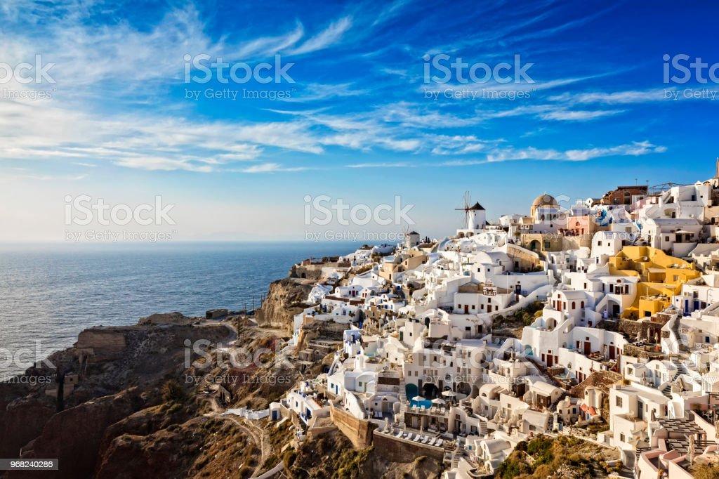 Dorf Oia auf Santorin mit berühmten Kirchen, Griechenland – Foto
