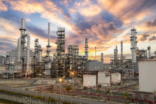 석유 및 가스 산업 지역, 정유 장비, 정유 공장의 산업 파이프 라인 닫기, 대형 정유 공장의 밸브가있는 석유 파이프 라인의 세부 사항. - 석유 화학 공장 뉴스 사진 이미지
