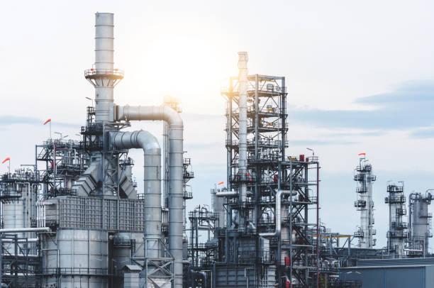 öl- und gas-industrie - destillationsturm stock-fotos und bilder