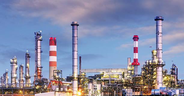 öl- und gas-industrie-raffinerie in der dämmerung, petrochemische fabrik - destillationsturm stock-fotos und bilder