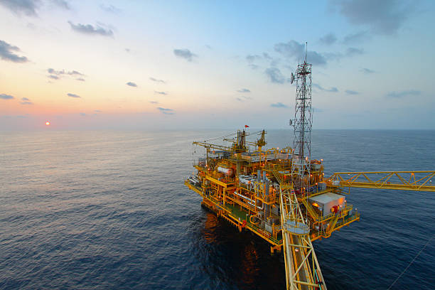 Öl- und gas-Plattform im Sonnenuntergang oder Sonnenaufgang Zeit – Foto