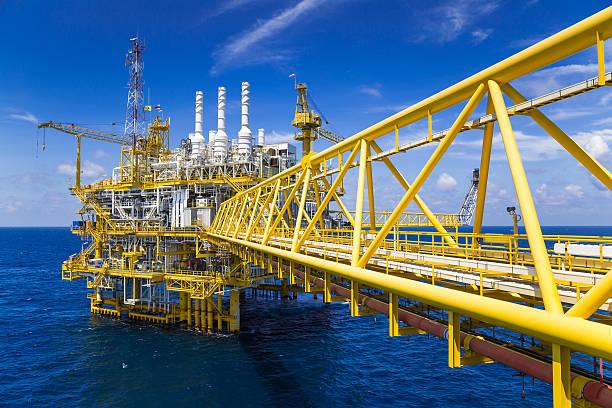 Öl und Gas Produktionsplattform in blau Himmel – Foto