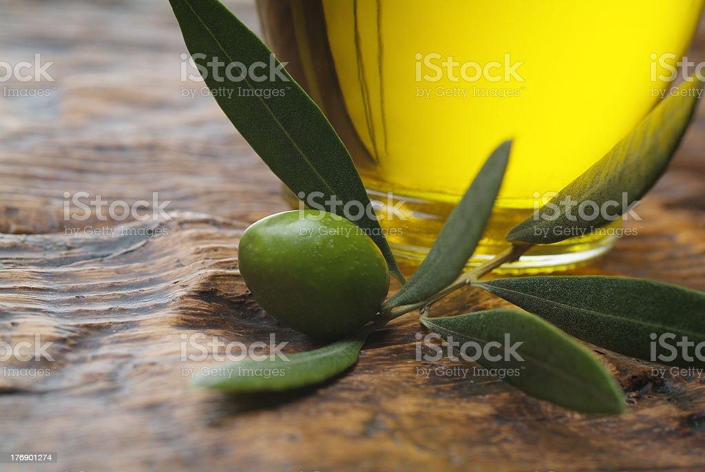 Aceite y de aceitunas - foto de stock