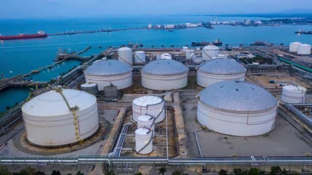 石油和石油化工儲罐、儲油和石化產品為物流和運輸業務做好準備。鳥瞰。 - 車站 個照片及圖片檔