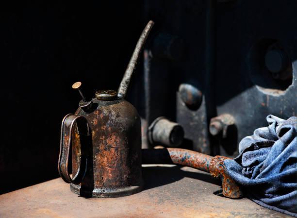 Lata de aceite y trapo - foto de stock