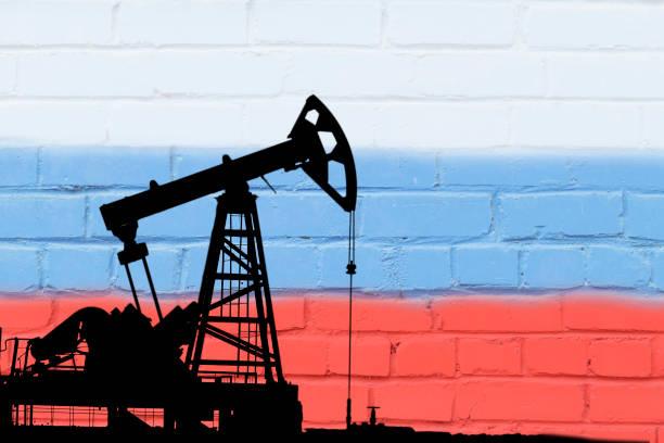 öl-bohr-auf dem hintergrund der flagge der russischen föderation. - opec stock-fotos und bilder