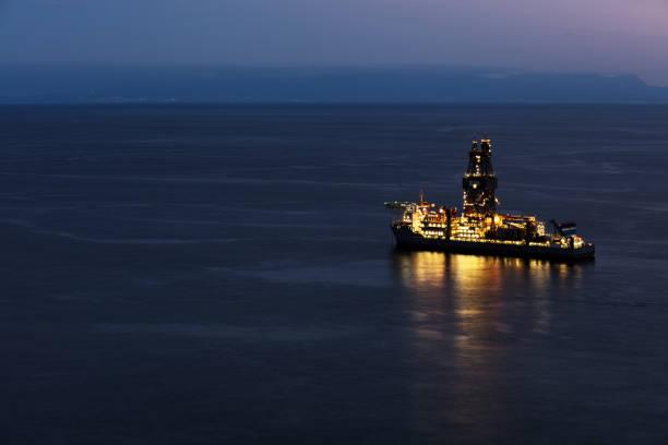 테네리페 섬에 북대서양의 남쪽 비용에 시추 장비를 기름 - 부잔교 뉴스 사진 이미지