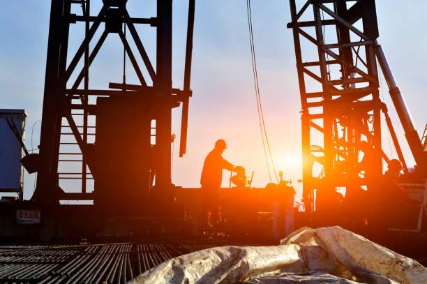 Oil field oil workers at work – zdjęcie