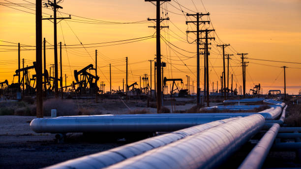 Oil field pipeline at sunset, Midway-Sunset Oil Field - foto stock