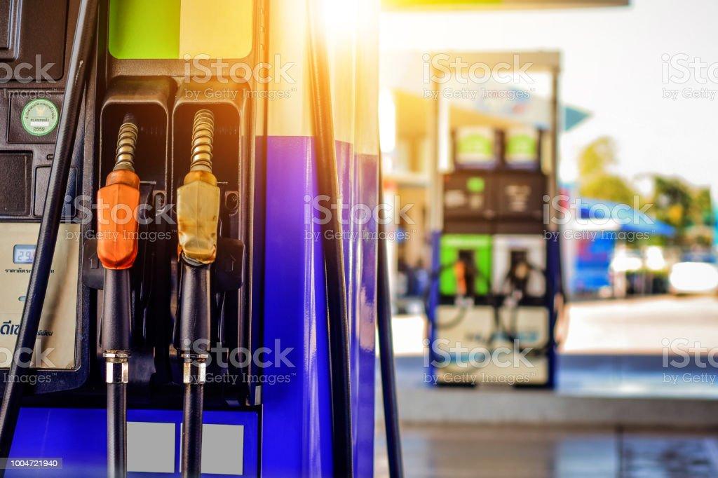 O carro ecológico em estação de óleo de enchimento de óleo - foto de acervo