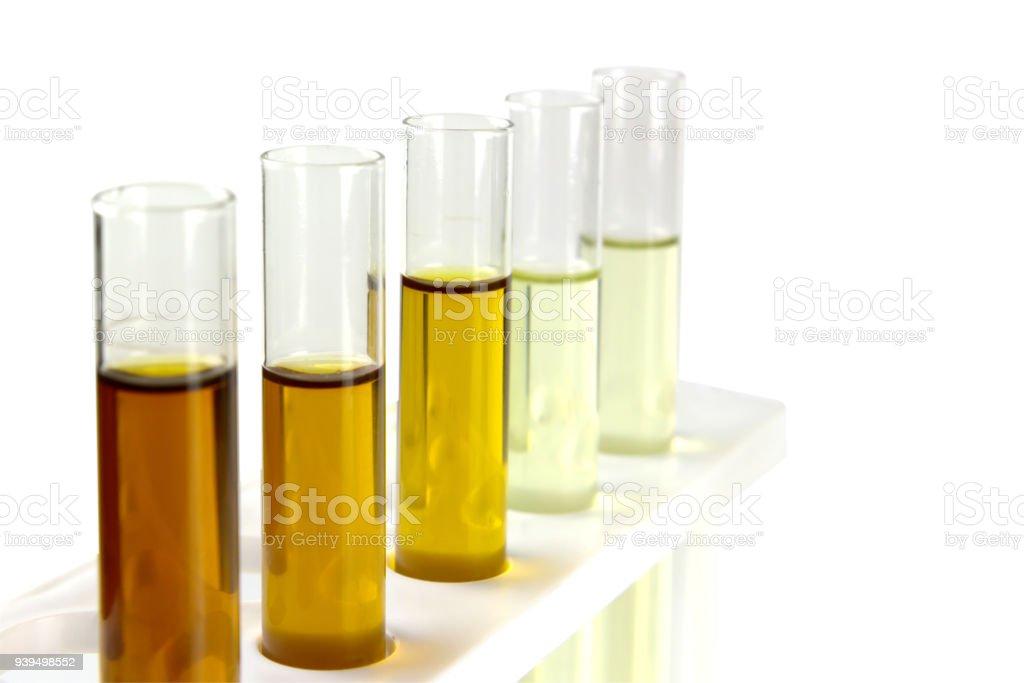 óleo no tubo de vidro isolar sobre fundo branco, óleo hidráulico, testes em laboratório de indústria - foto de acervo