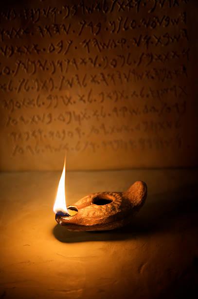 kaganek z napis na tle starożytnych - pismo hebrajskie zdjęcia i obrazy z banku zdjęć