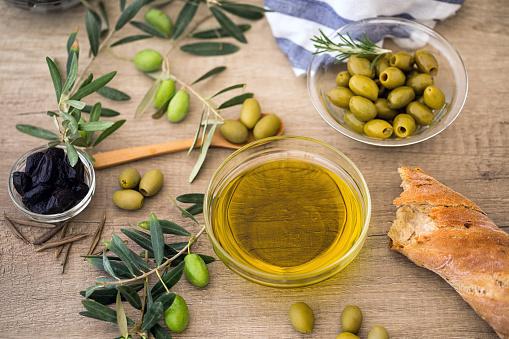 Olivegreen 올리브와 Ciabatta 빵 나무 테이블의 위에 검은 올리브 오일 0명에 대한 스톡 사진 및 기타 이미지