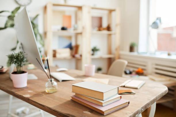 책상에 기름 향수 지팡이 - 향수 미용 위생 제품 뉴스 사진 이미지