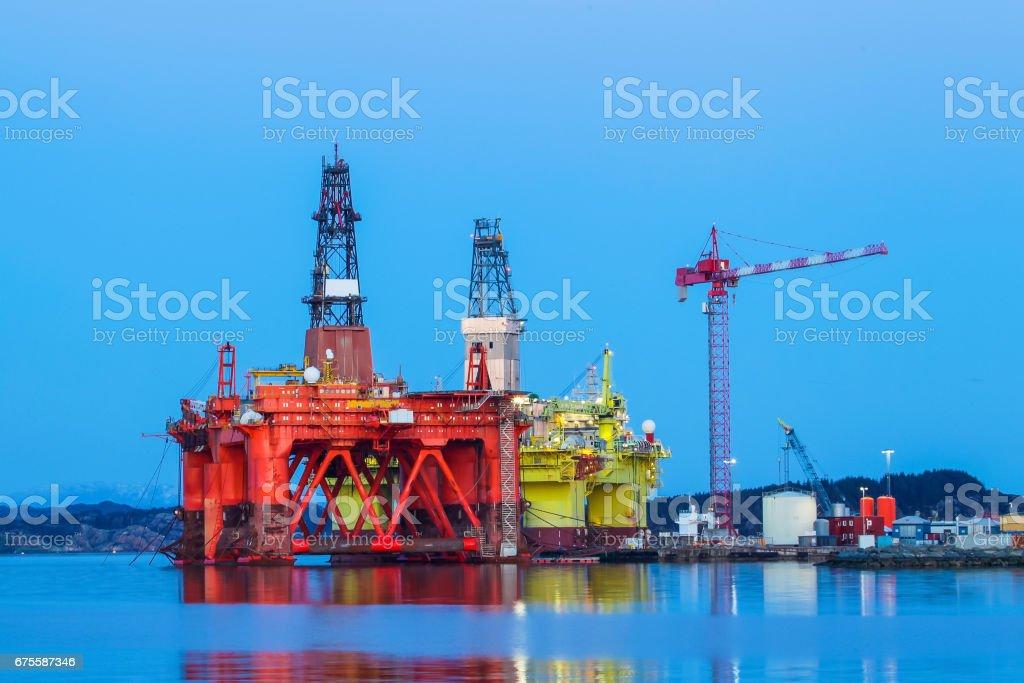 Plate-forme pétrolière sous contrat de maintenance près de Bergen en Norvège. photo libre de droits