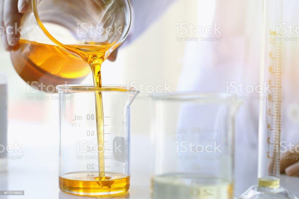 Öl eingießen, Ausrüstung und Wissenschaft Experimente, die chemische Medizin, organische pharmazeutische Formulierung – Foto