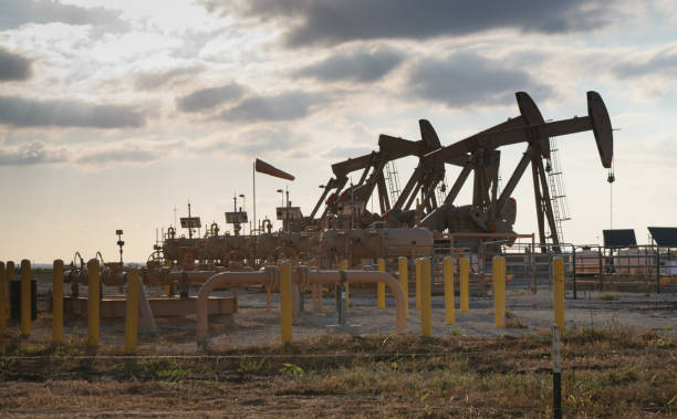 ölpumpenaggregat pump pumping in the eagle ford in south texas - fracking stock-fotos und bilder