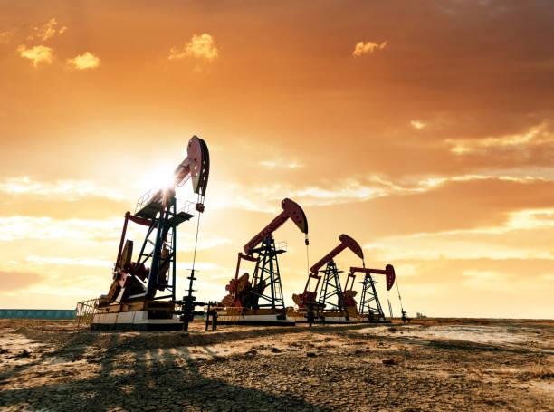 Ölpumpen unter Sonnenaufgang – Foto