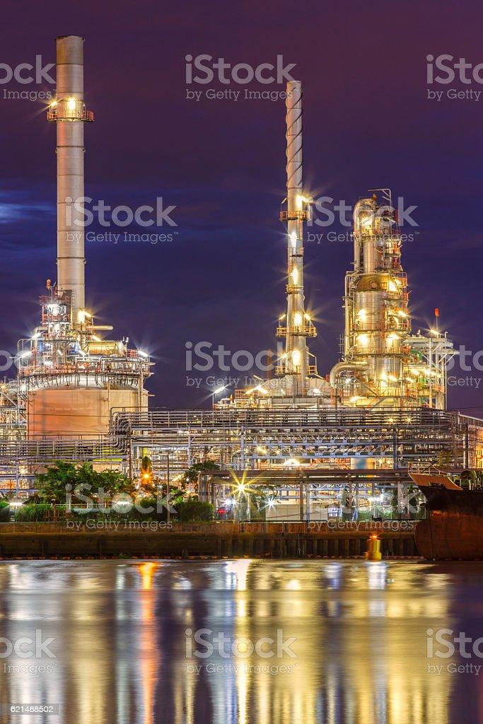Raffinerie de pétrole le long de la rivière au crépuscule (Bangkok, Thaïlande) photo libre de droits