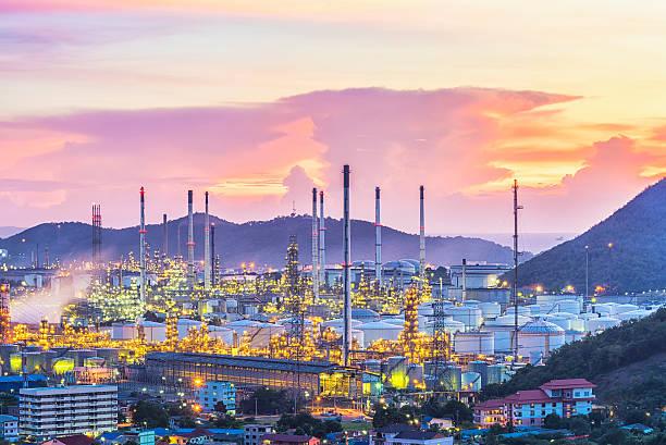 Öl-Raffinerie und Öl danke bei Sonnenuntergang – Foto