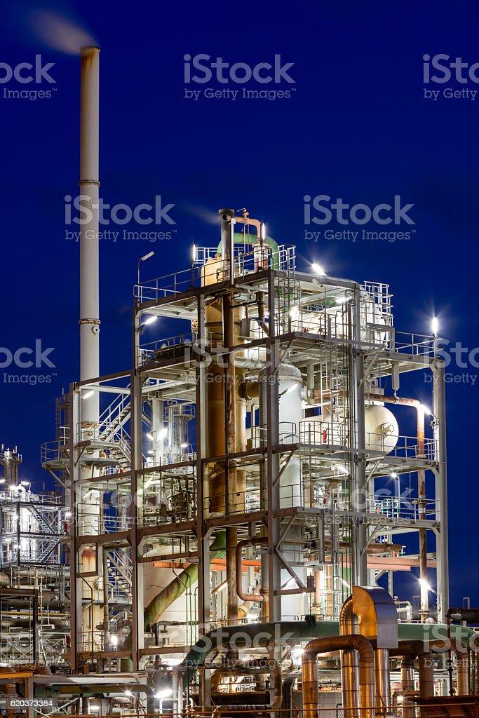 Refinaria de petróleo à noite foto de stock royalty-free