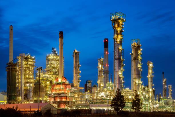 öl-raffinerie in der nacht - destillationsturm stock-fotos und bilder