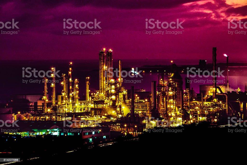 Öl-Raffinerie in der Dämmerung – Foto