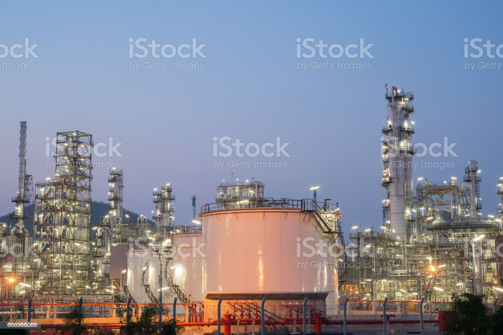 Oil refinery at twilight foto stock royalty-free