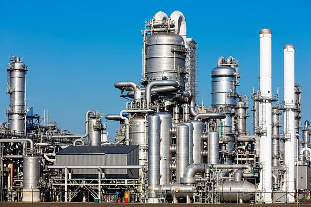 öl-raffinerie in den niederlanden - destillationsturm stock-fotos und bilder
