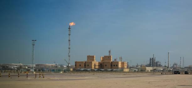 ölraffinerie der stadt kuwait unter freiem himmel, kuwait - opec stock-fotos und bilder