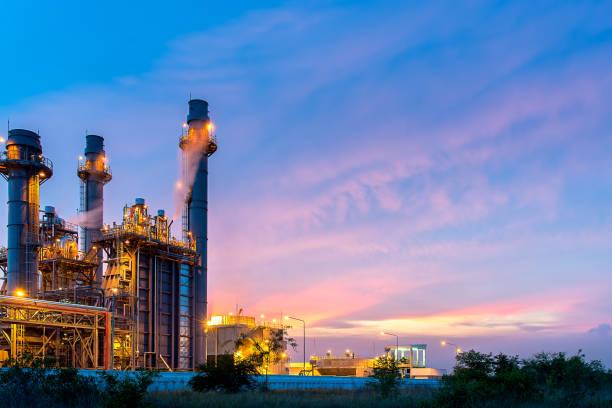 öl-raffinerie, erdöl und energie pflanzen in der dämmerung mit himmelshintergrund.  industrie-konzept - petrochemische fabrik stock-fotos und bilder