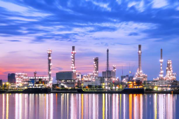 öl-raffinerie. - destillationsturm stock-fotos und bilder