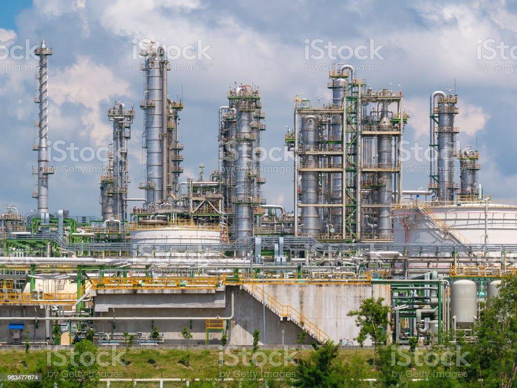 Öl-Raffinerie-Anlage mit blauer Himmel und Wolke – Foto