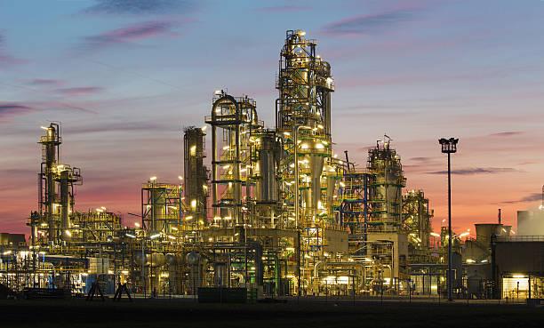 ölraffinerie schwechat in österreich - destillationsturm stock-fotos und bilder