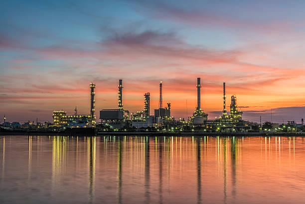 Öl-Raffinerie mit wunderschönen Sonnenaufgang – Foto