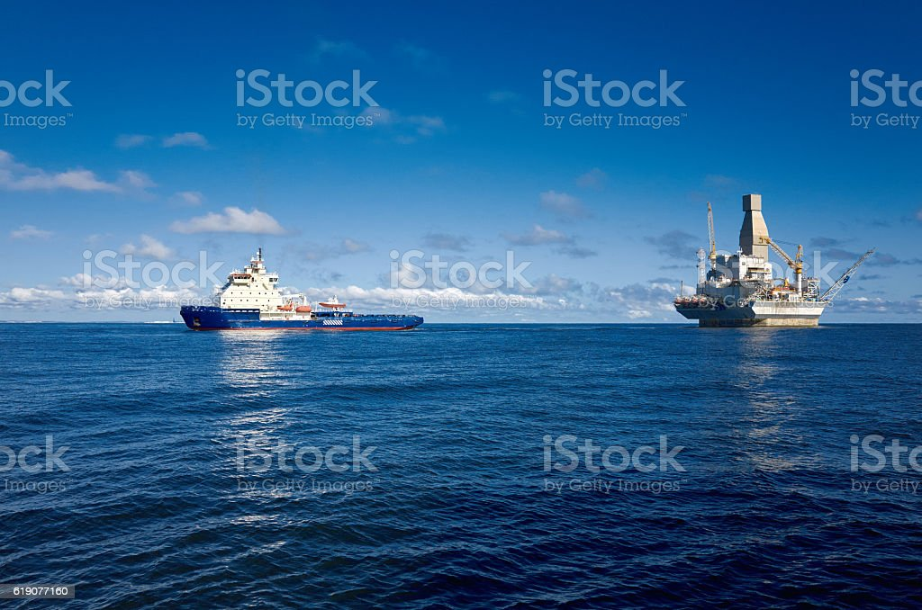 Oil rig and support vessel on offshore area – Foto