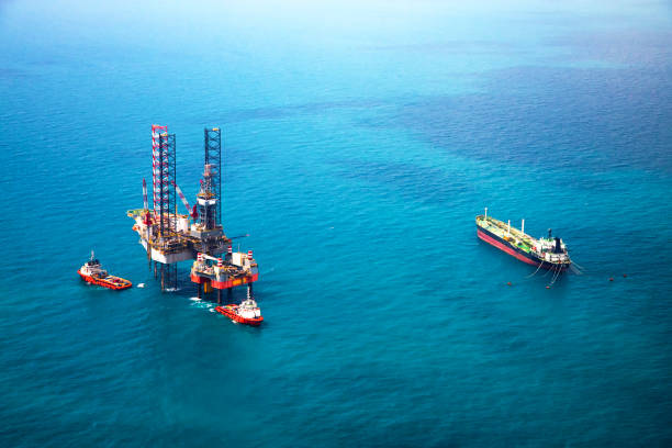 Oil rig in the gulf Oil rig in the gulf from aerial view oil and gas stock pictures, royalty-free photos & images