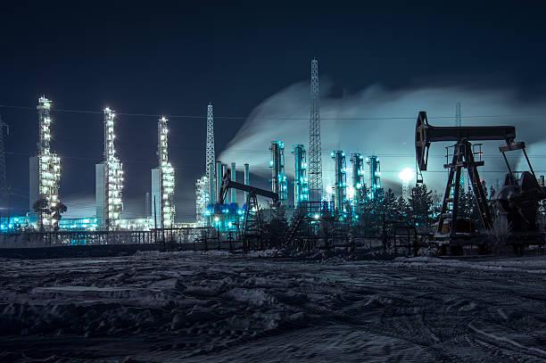 Petrolíferas y brillantemente iluminado industriales sitio en la noche. - foto de stock